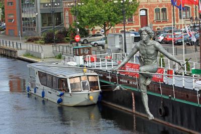 Wycieczka dla Singli do Bydgoszczy - rzeźba Przechodzący przez rzekę