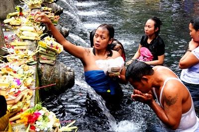 Rytuał oczyszczenia w świętej wodzie