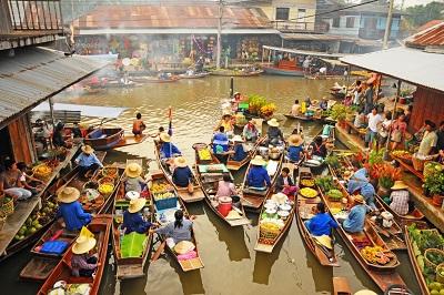 Zakupy z łodzie i w odnym kanale