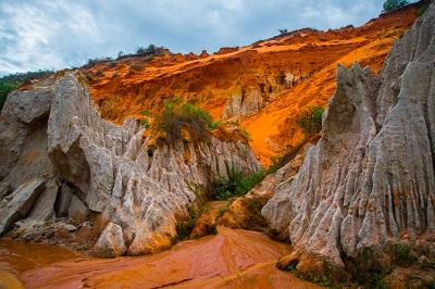 Pustynne wydmy mienią się wieloma kolorami